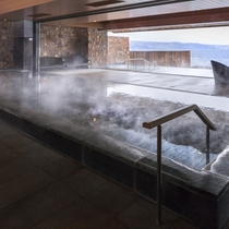 内湯~天候の良いときは窓がオープンし半露天風呂に