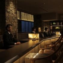 【11/1〜】フロントは対面式で座ってチェックイン。落ち着いた雰囲気でお迎えいたします♪