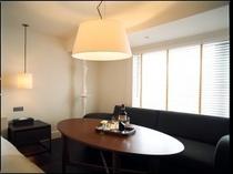 オーセンティックモダンをコンセプトにデザインされたお部屋