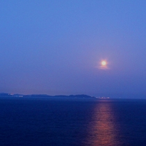 〓月の道と対岸の夜景〓