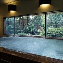 【庭園浴場(男性用)】日本庭園を望む人気の浴場。