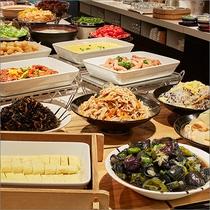 【朝食】京都の家庭料理「おばんざい」を含めた40種類の和洋バイキングをご用意。