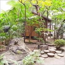 【庭園風景】ホテル敷地一帯が平安時代の「藤原 実能」の邸宅跡で歴史ある日本庭園をご覧いただけます。