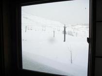 あけぼの山荘・窓からゲレンデ