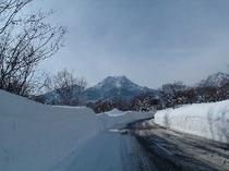 雪の壁と妙高山