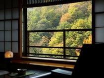 【お部屋からの眺め】秋は紅葉が美しく、絵画のよう。