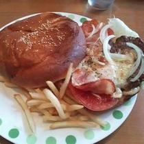 【観光情報】米海軍伝統の味。牛肉100%のビッグでシンプルな横須賀バーガーは基地周辺に約12店舗あり
