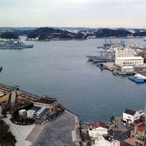 【観光情報 軍港めぐり】ホテルハーバー横須賀から歩いてすぐの場所に軍港めぐの乗船場がございます