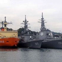 【観光情報 軍港めぐり】クルーズには軍港めぐり案内人が乗船し横須賀港の見どころをガイドいたします