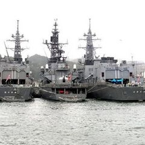 【観光情報 軍港めぐり】アメリカ海軍第7艦隊や海上自衛隊の艦船基地を間近に見ることができます