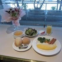 【朝食 洋食一例】卵料理・パンの他にサラダ・ヨーグルト・ジュース1品がつき栄養バランスの良いメニュー