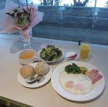 【朝食 洋食一例】選べる卵料理1品に加え、日替わりでベーコン・ウインナー・ハムから1品をお付けします
