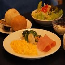 【朝食 洋食一例】ご朝食場所は1階のラウンジです。営業時間は6:30〜9:00となっております。