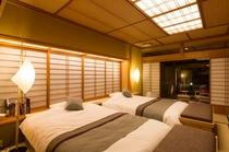 露天風呂付き客室 「椿」(ベッド ななめ)