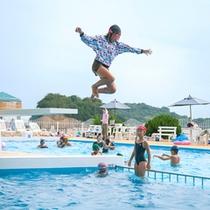 シーサイドプールの飛び込み台で大ジャンプ♪