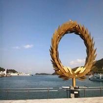 土庄港に展示されている瀬戸芸作品「太陽の贈り物」。近くで見ると感動のメッセージが!