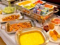 和食・洋食どちらもOK バイキングスタイルの朝食です。