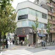 一つ目の角を右に曲がります。目印は横断歩道向かいにカフェがございます。