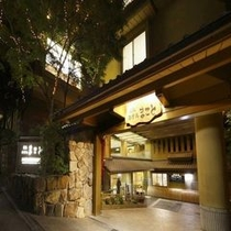 夜のホテル玄関前