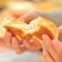焼き立てロールパン