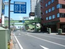 ② 歩道橋の架かった交差点(国道17号)を右折