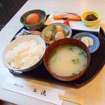 *あたたかいご飯にお味噌汁、焼き魚に小鉢等バランスの取れた朝食