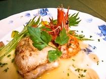 信州産ニジマスのミルフィーユ仕立て有頭エビ添え(魚料理一例)