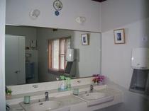 きれいな洗面所にエアータオル