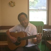 音楽好きなオーナーが生演奏を聴かせてくれます。