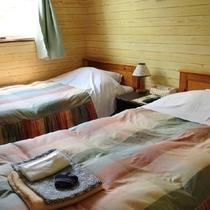 アーリー柄のベッドカバーも