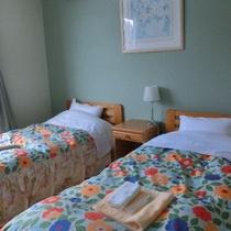 お部屋はコンパクトながら明るく快適に。