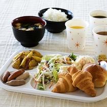 朝食サービス☆炊き立てご飯、パン、ソーセージ、タマゴ料理、各種ドリンクを取り揃えております♪