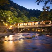 月光橋◆敷地内を流れる「滝川」のせせらぎを、目から耳からお楽しみくださいませ。