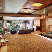 游月山荘 客室棟ロビー◆「月光橋」を渡った先に、お部屋がございます。人懐っこい鯉たちがお出迎え♪