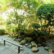 露天風呂付◆貴賓室 曲水亭-桐壷-◆専用のお庭では、日本庭園らしい風情をお楽しみいただけます。