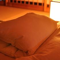 月光園のこだわり枕◆羽毛+パイプ、二層の枕。真ん中で折りたたみ、お好みの高さに調節可能です。