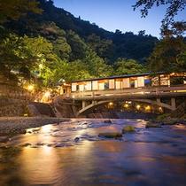 姉妹館「游月山荘」月光橋◆姉妹館への客室棟へと架かる月光橋は、館内随一の撮影スポットです!
