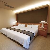 最上階ロイヤルスイート◆ベッドにはエアウィーヴ社製のマットレスを使用。トップアスリートも愛用の逸品。