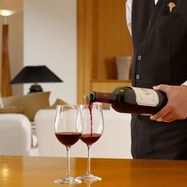 最上階ロイヤルスイート◆専用のワインリストから、ご希望によりソムリエがワインを注ぎます※別途有料