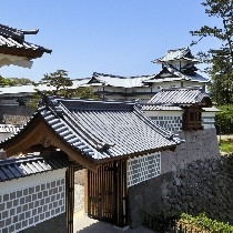 復元された金沢城の正門「河北門(かほくもん)」