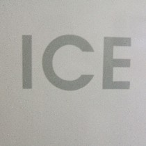 1階自販機コーナーには製氷機の設置ございます。ご自由にご利用くださいませ。