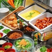 ブッフェ形式の朝食は地元食材が人気です