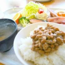 大好評の朝食(日替わり和定食&パン)