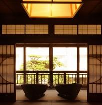 【御殿の間イメージ】幸「御殿の間」から庭園を望む。当館所有の作品群など資料の展示コーナーあり
