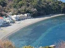 大瀬ビーチとエメラルド色に輝く海