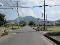 ゴルフ場方面へ左折後は十字路を右折、直進
