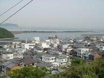 旧軍道から見た由良の町並み。成ヶ島に守られた天然漁港です