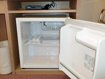 【客室】空の冷蔵庫