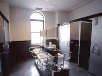 【女子トイレ】バリアフリーな設計の女子トイレ。手すり等が設置されています。