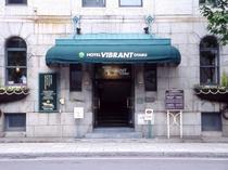 【中央入口】北のウォール街に位置。歴史的な建物が周囲にも立ち並びます。